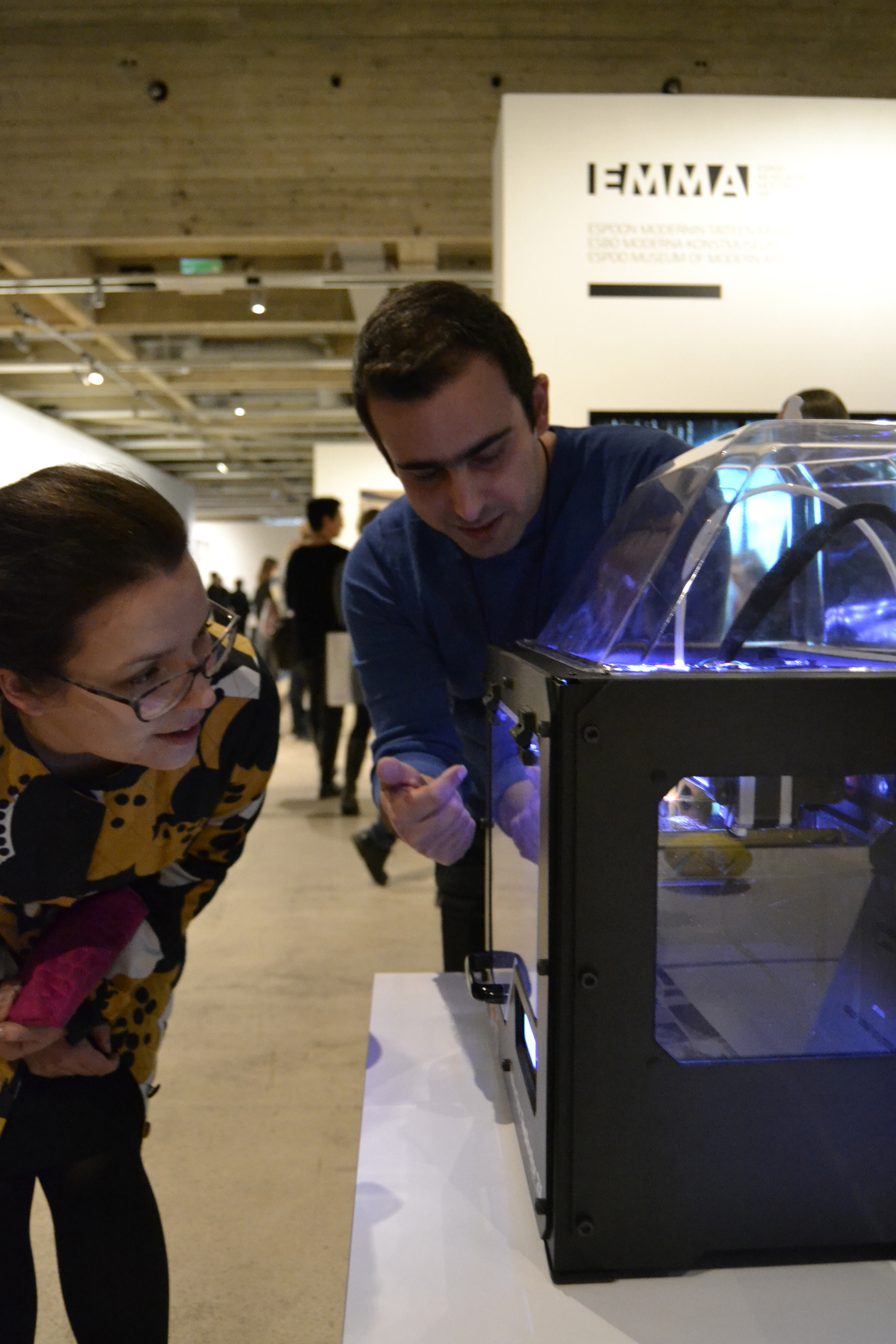 Aija Pippuri (on left) saw 3D printing for the first time in her life. Ali Neissi from Aalto FabLab answered Aija's questions about the technology as well as the material used in the printer.